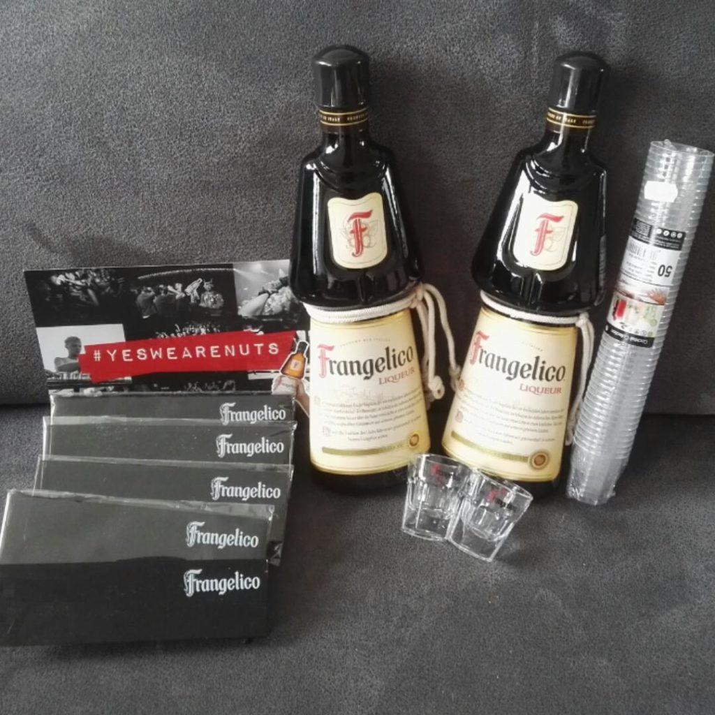 Mein Testpaket von Paart mit zwei Flaschen Frangelico, Gläsern und Partybrillen.