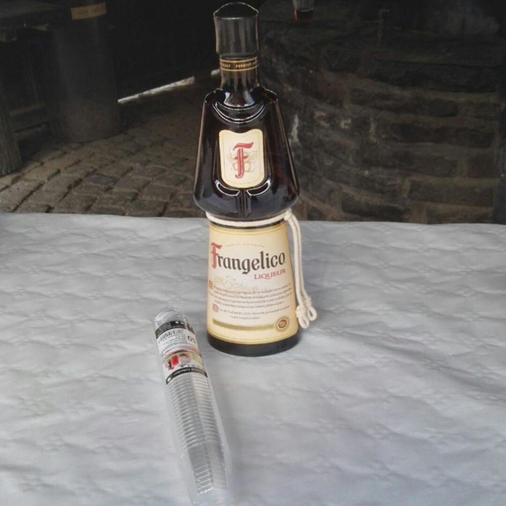 Frangelico mit Shotgläsern, die Flasche erinnert an einen Mönch