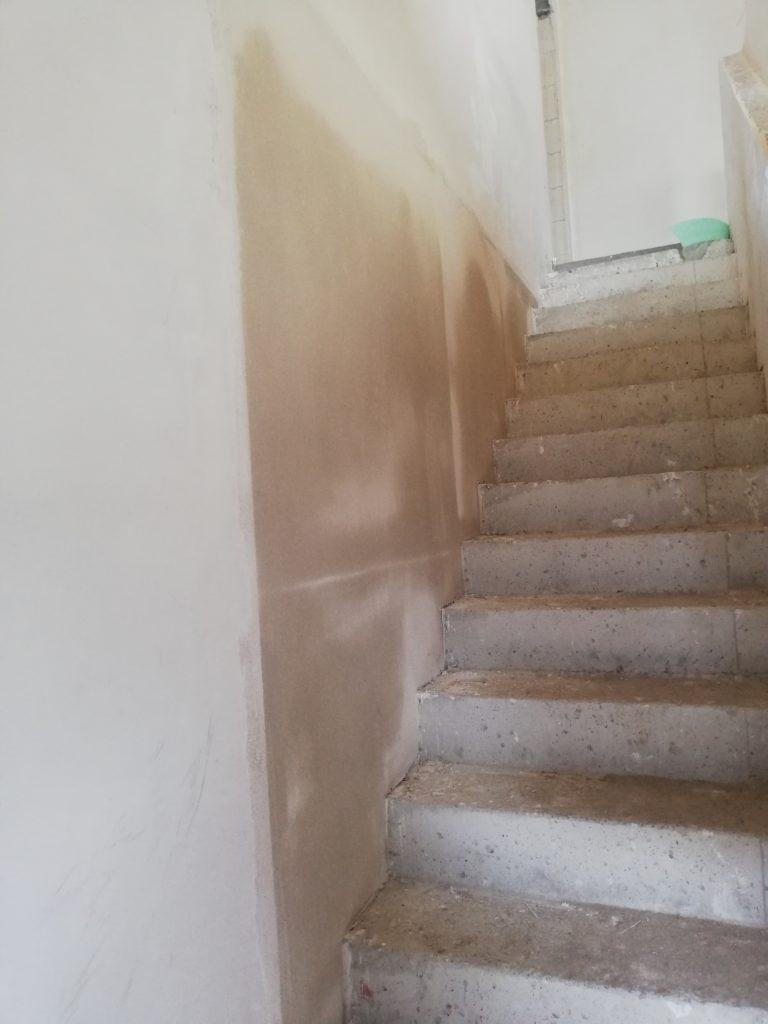 Die Wand zwischen Treppe und HWR, nun eben gespachtelt