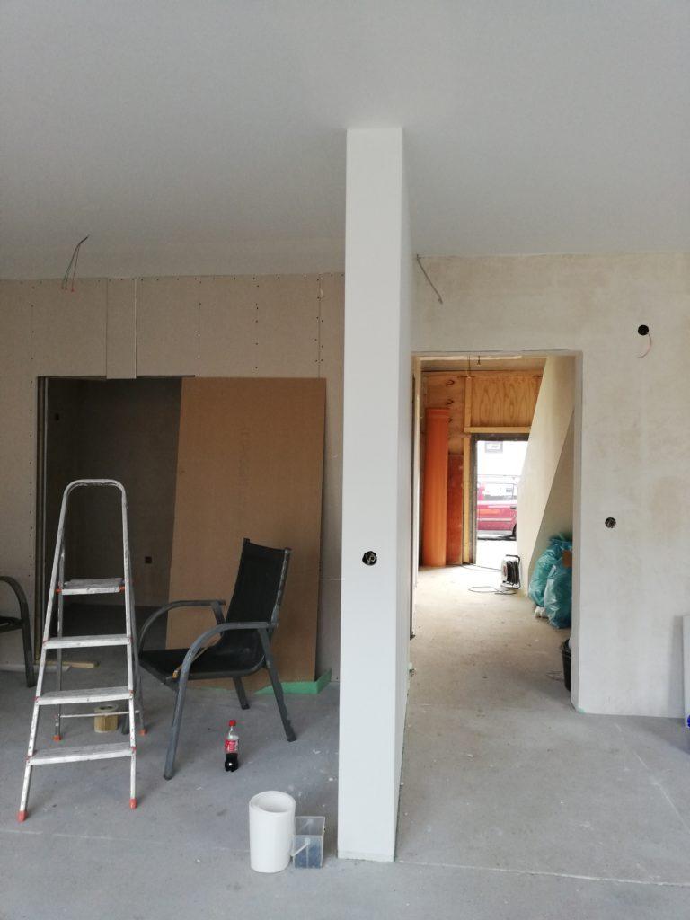 Malervlies in der Decke im Wohnzimmer und der Küche, sowie der Trennwand