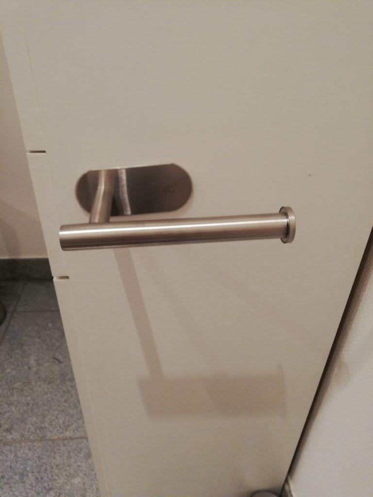 Angeklebter Toilettenpapierhalter