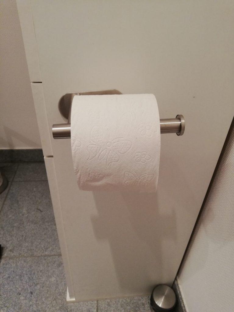 Der Toilettenpapierhalter im Einsatz