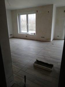 Wohnzimmer mit Fliesen