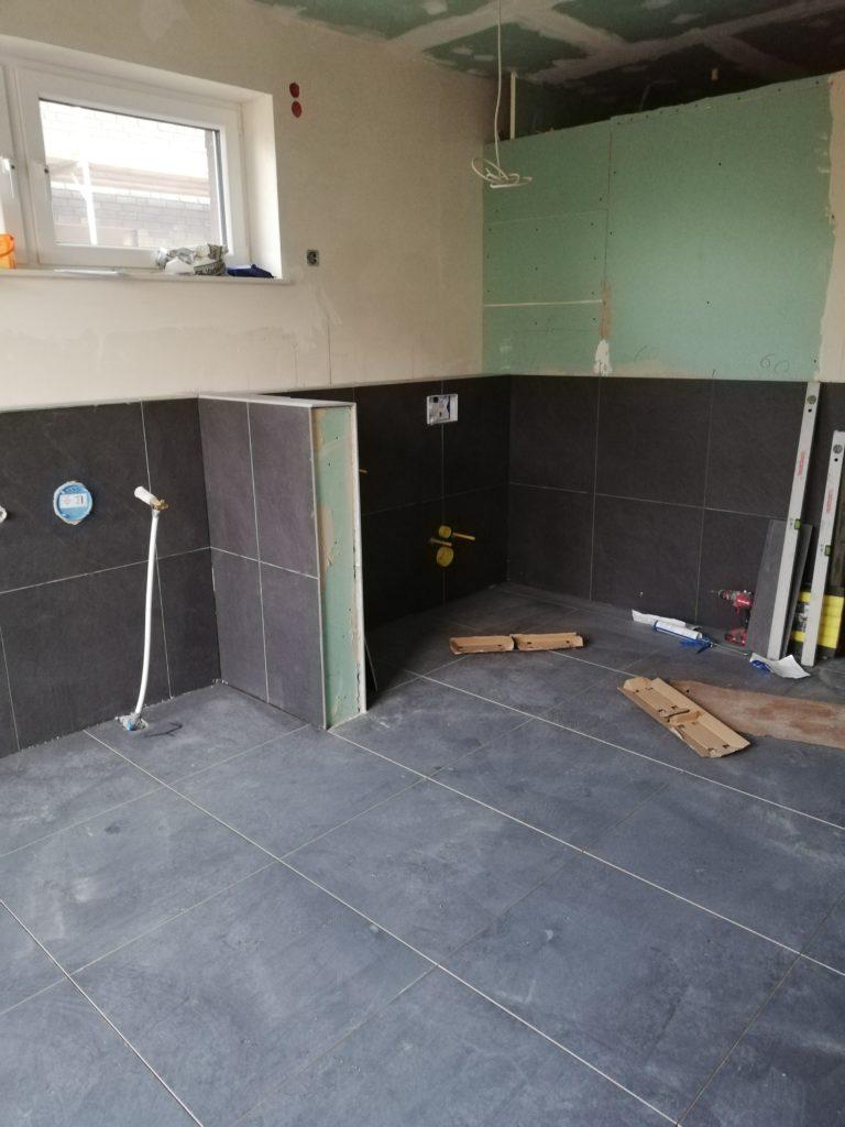 Blick auf den Bereich Badewanne und Toilette/Urinal