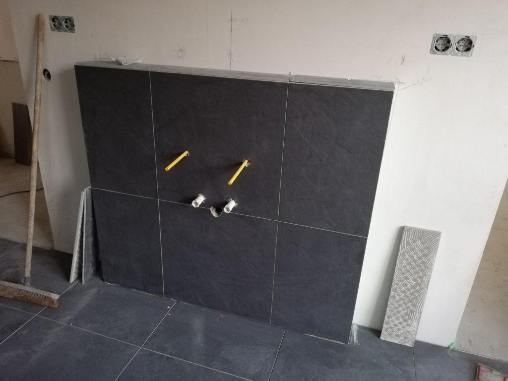Wand für das Waschbecken