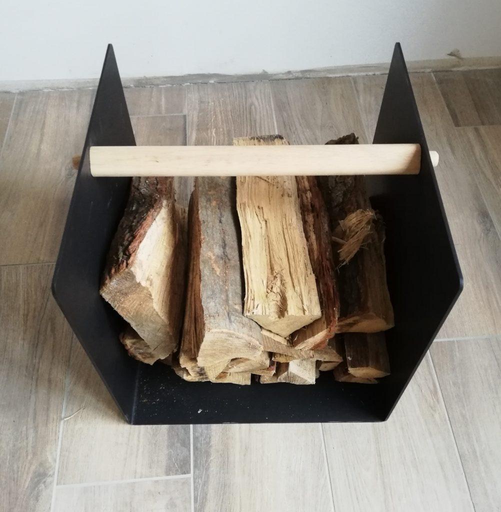Holzkorb mit Holz befüllt