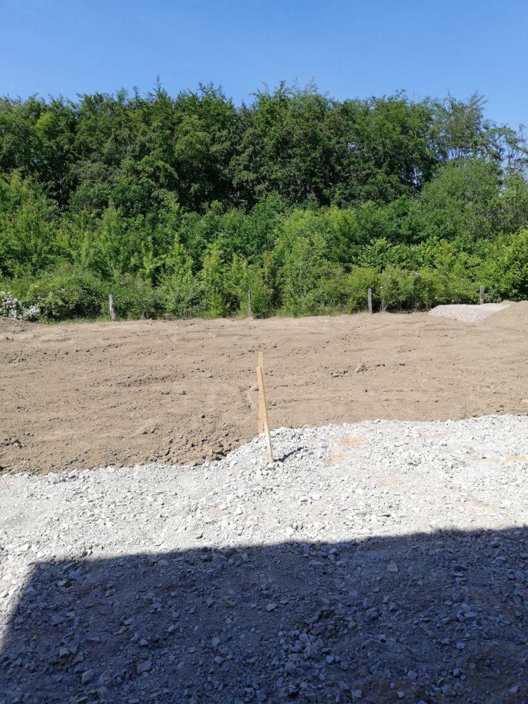 Garten mit Kies und Mutterboden