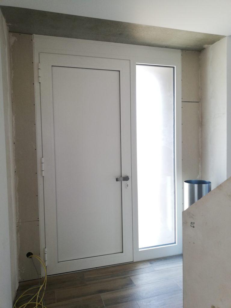 Eingangsbereich: Das Loch zwischen Flur und Haustüre is nun verschlossen, der Trockenbauer hat ebenfalls begonnen