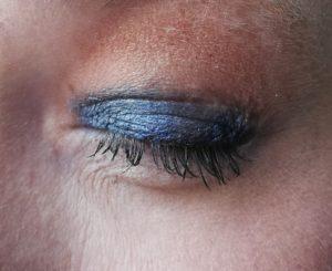 Detailbild getuschte Wimpern bei geschlossenem Auge