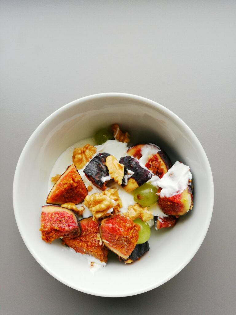 Ziegencreme mit Früchten und Nüssen