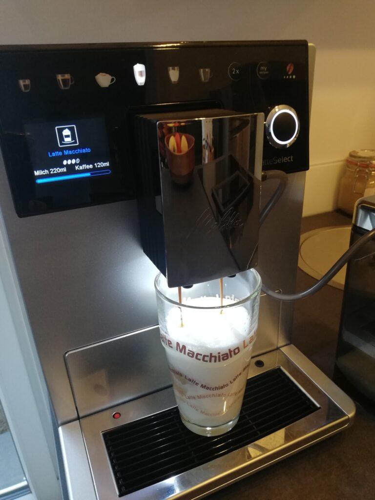 Zubereitung eines Latte Macchiatos