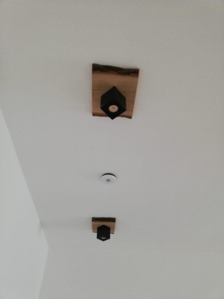 Ein Bewegungsmelder steuert das Licht und aktiviert bei Bedarf den Alarm