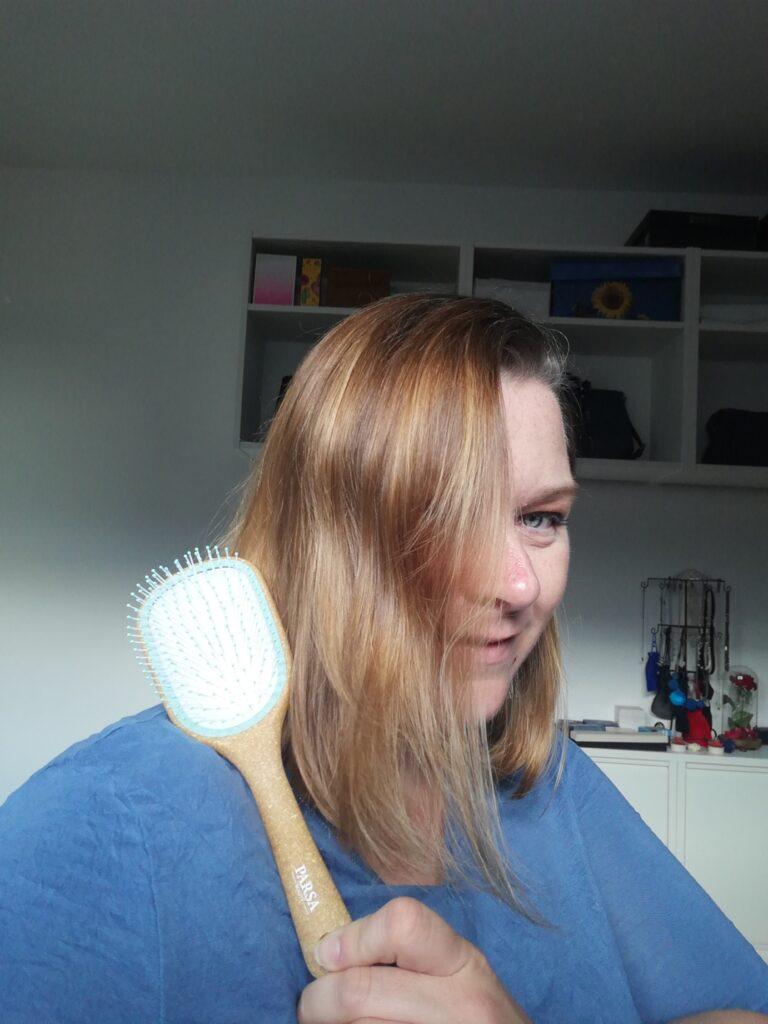 Die Kork Haarbürste im Einsatz